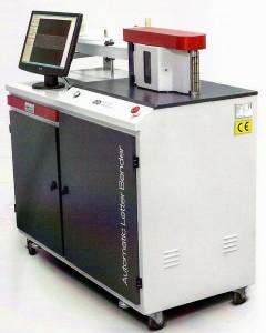 Maszyna do wykonywania boków liter blokowych z taśm aluminiowych.